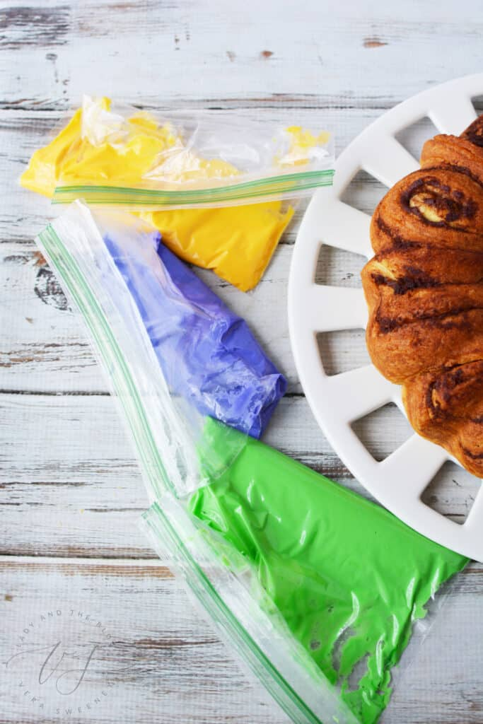 Frosting your king cake